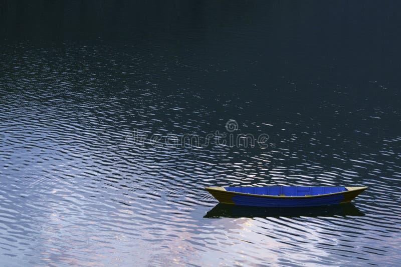 Träfärgrikt fartyg på Phewa sjön arkivbild