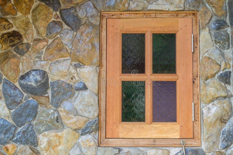 Träfönster i stenväggen arkivfoto
