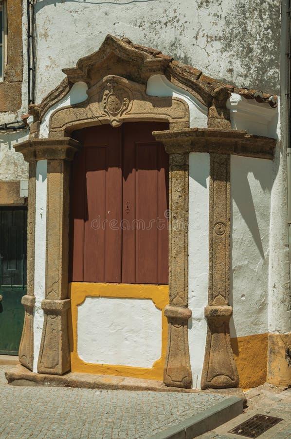Träfönster på fasad av det gamla färgrika huset royaltyfria bilder