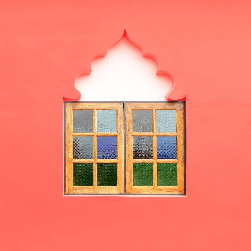 Träfönsterram på den rosa väggen arkivbild