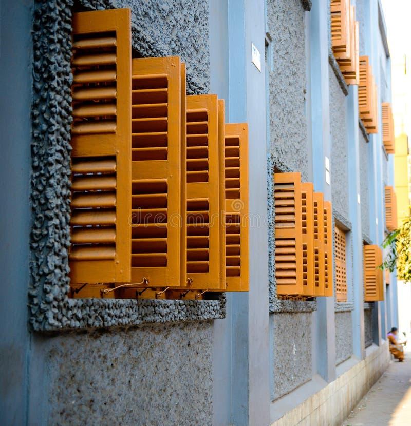 Träfönsterslutare för europeisk stil i Calcutta arkivfoto
