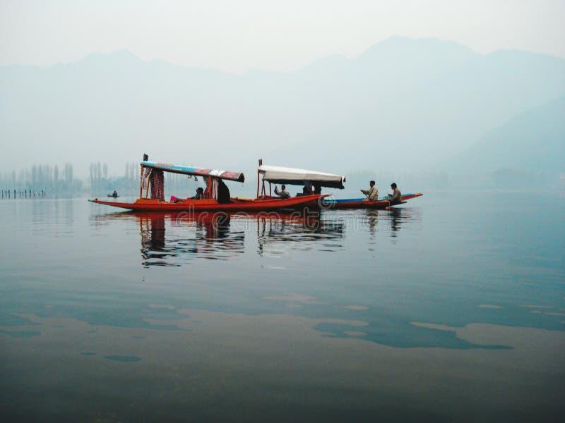 Träfartyg för mång- färg i bristen på Kashmir royaltyfri foto