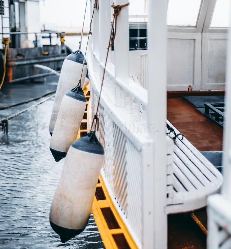 Träfartyg med boj fotografering för bildbyråer