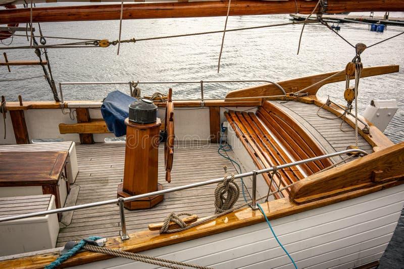 Träfartyg med det rena bruna teakträdäcket arkivfoto