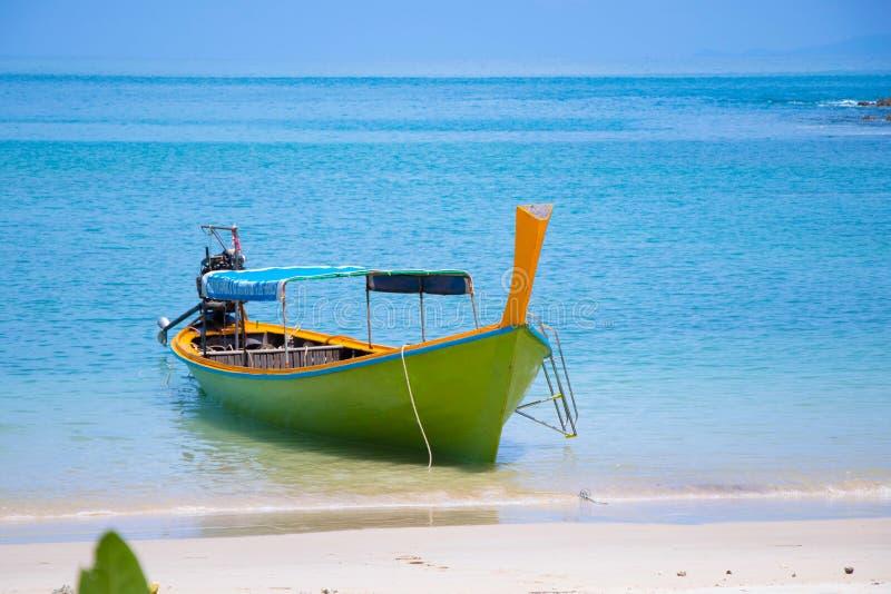 Träfartyg med vind på strandloppet i sydligt av Thailand med färgrikt tyg och trä detta fartyg att använda för trans. royaltyfri fotografi