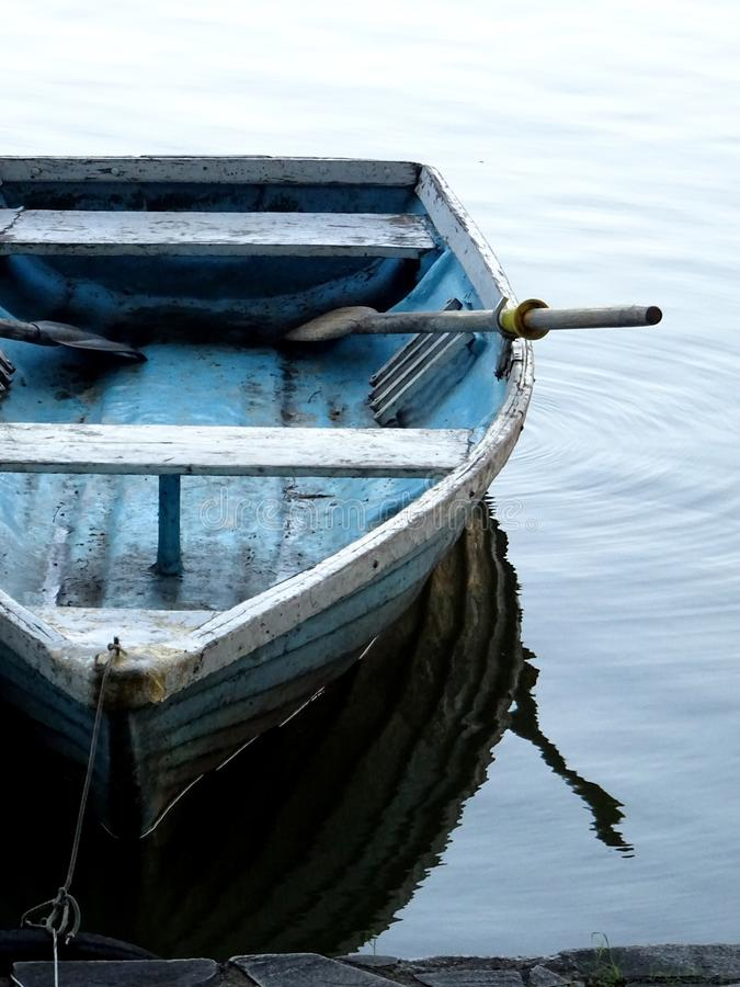 Träfartyg och dess reflexion royaltyfria bilder