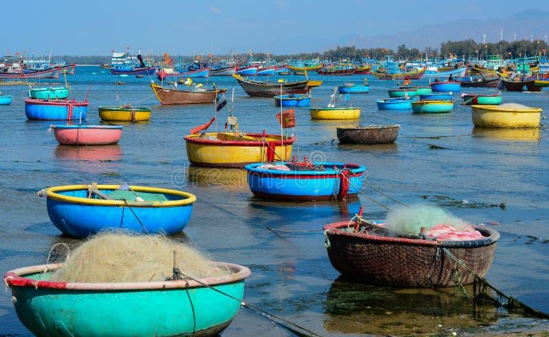 Träfartyg på att fiska pir royaltyfri fotografi