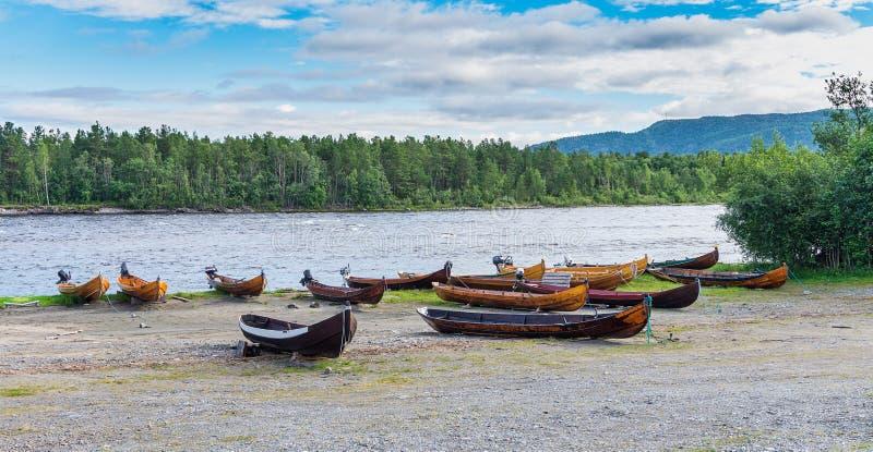 Träfartyg på banken av floden, Finnmark, Norge arkivbild