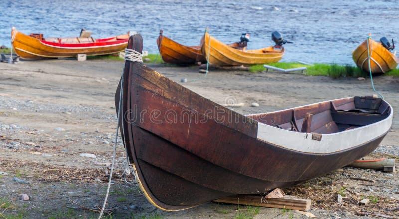Träfartyg på banken av floden, Finnmark, Norge arkivfoto