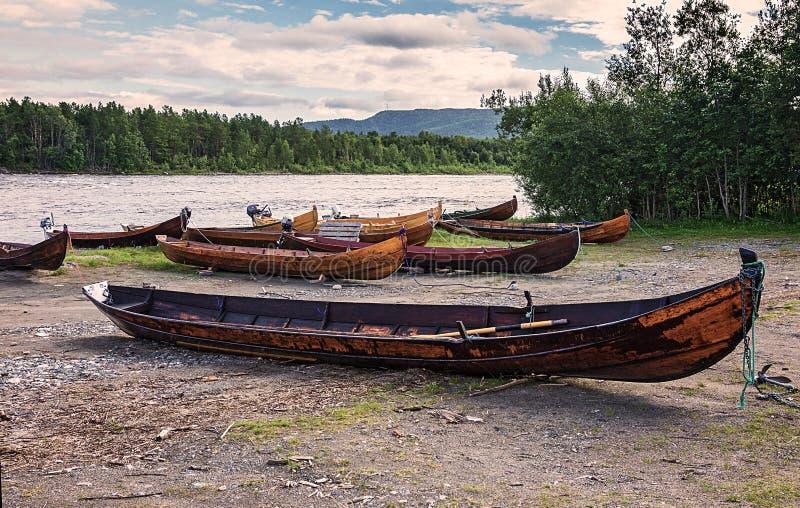 Träfartyg på banken av floden, Finnmark, Norge royaltyfria foton