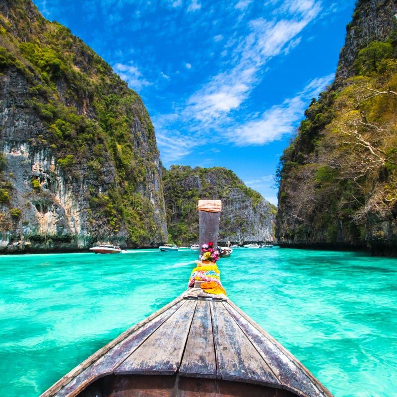 Träfartyg på en tropisk strand. royaltyfri fotografi