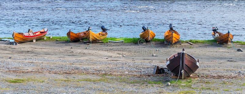 Träfartyg på flodbanken, Finnmark, Norge royaltyfri fotografi