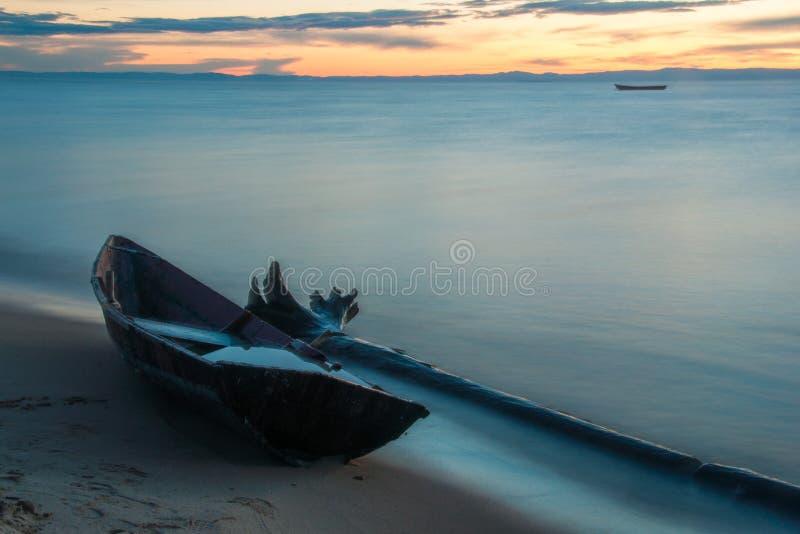 Träfartyg på kusten av Lake Baikal i aftonen arkivfoto