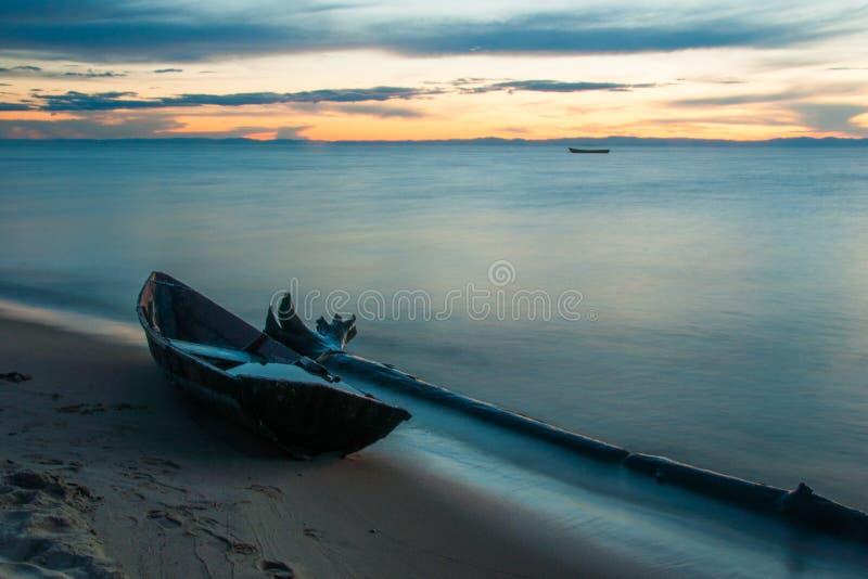 Träfartyg på kusten av Lake Baikal i aftonen royaltyfri foto