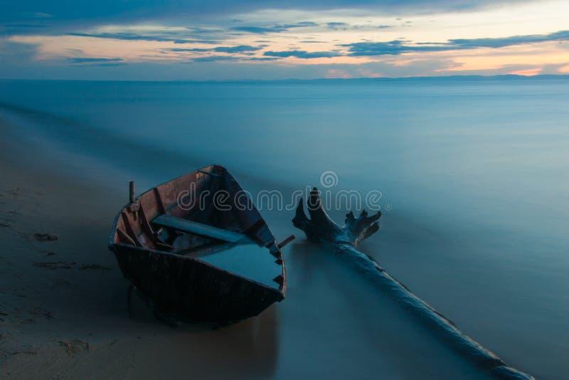 Träfartyg på kusten av Lake Baikal i aftonen royaltyfri fotografi