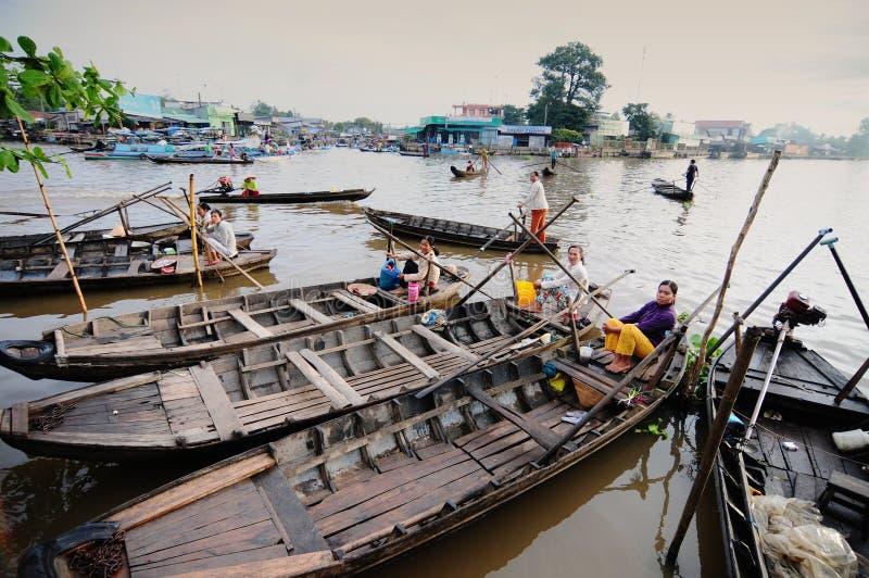 Träfartyg som väntar på passagerare på floden i Tra Vinh, Vietnam royaltyfri fotografi