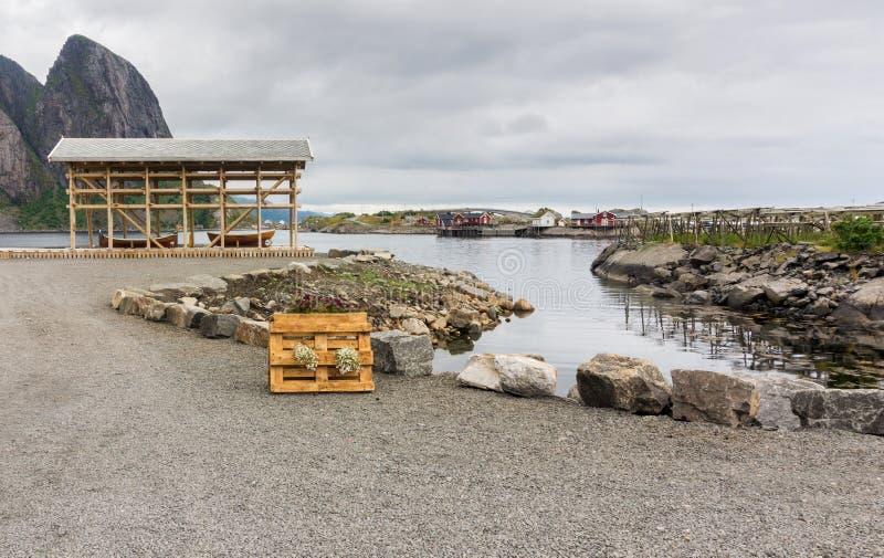 Träfartyg under en markis på den steniga kusten, Lofoten archipel arkivfoto