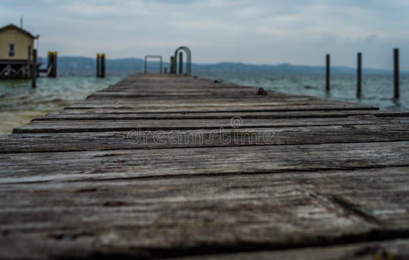 Träfartygbro, avsiktligt oskarpt royaltyfria foton