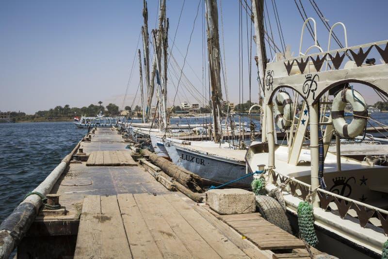 Träfartygfelucca på Nile River i Aswan, Egypten, norr Af arkivbild