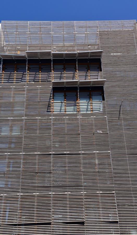 Träfasad för modern modern arkitektur royaltyfri bild