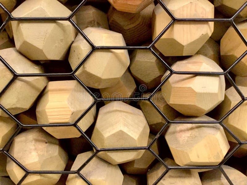 Träfasetterade bollar Belägga med metall Bakgrund arkivbild