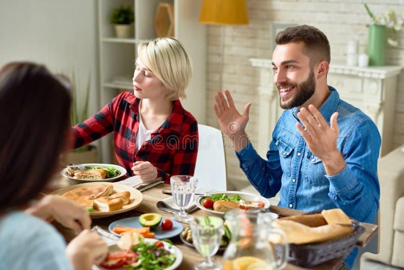 Träffande berättelser för lycklig man på matställetabellen royaltyfri foto