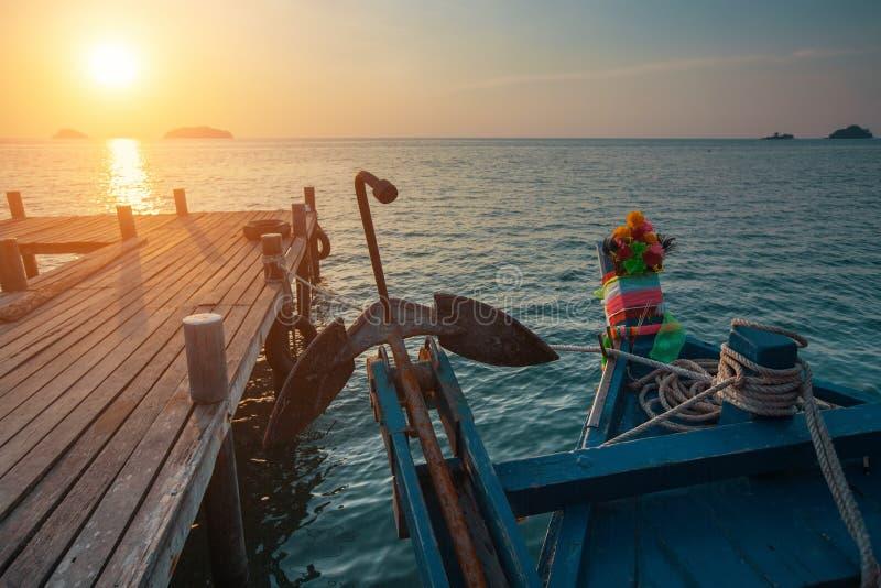 Träfiskebåt nära pir under solnedgång Natur royaltyfria foton