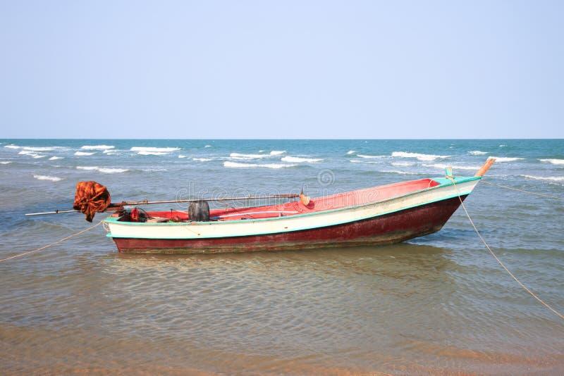 Träfiskebåt på stranden fotografering för bildbyråer