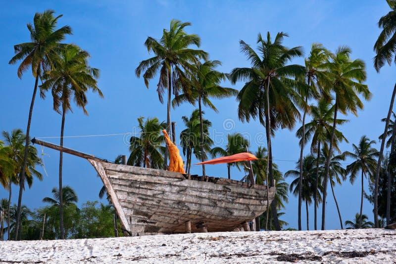Träfiskebåt på stranden royaltyfri foto