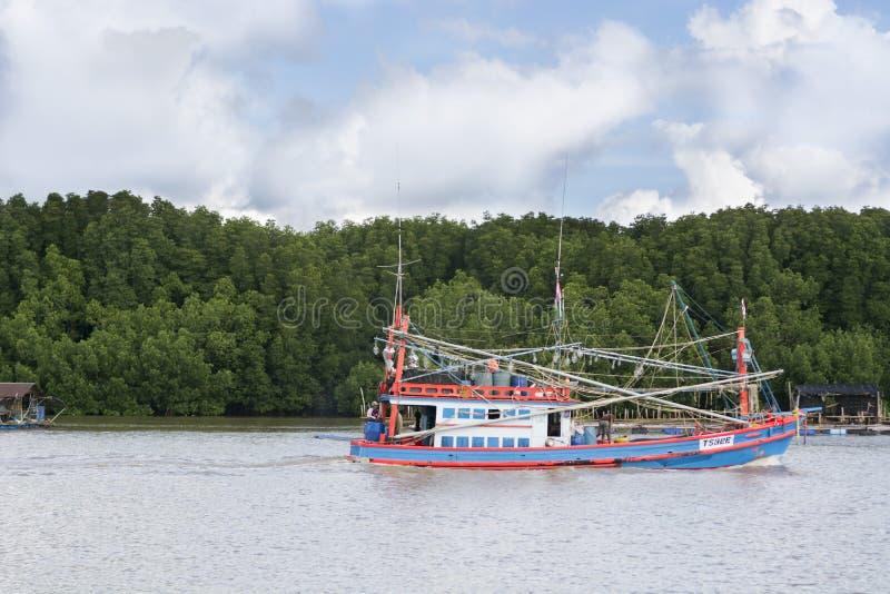 Träfiskebåt som anslutas i hamnen fotografering för bildbyråer