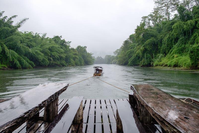 Träflotte för Longtail fartygfriktion i flodkwai arkivfoto