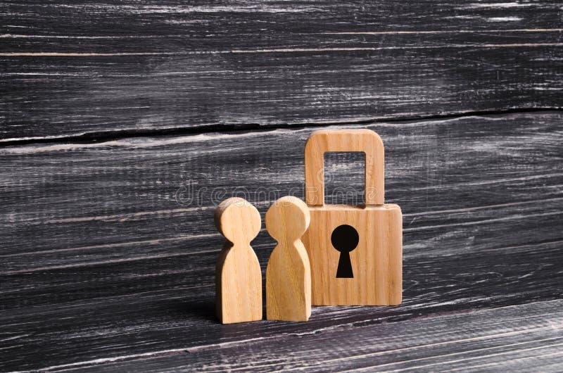 Träfolk med hänglås Två personer med ett lås Säkerhet och säkerhet, säkerhetsåtgärd, lån för en inteckna beslag arkivbild