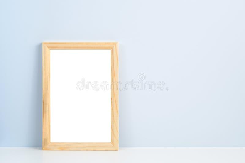 Träfotoram på hylla fotografering för bildbyråer