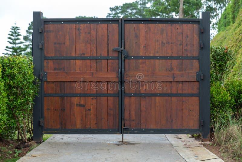 Träfrämre sikt av stängd tappning och porten för metallplatta royaltyfri bild