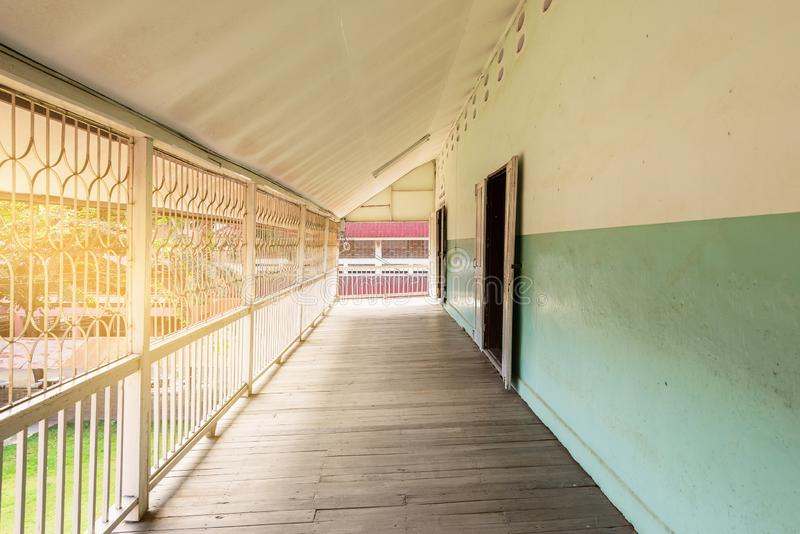 Trägångbana som är främst av balkongen royaltyfri bild