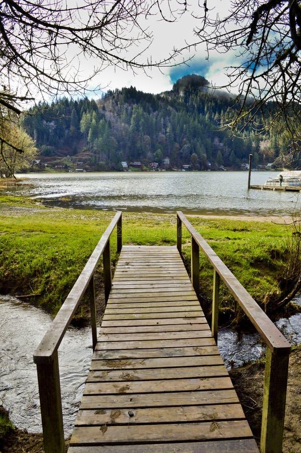 Trägångbana till lom sjön arkivfoto