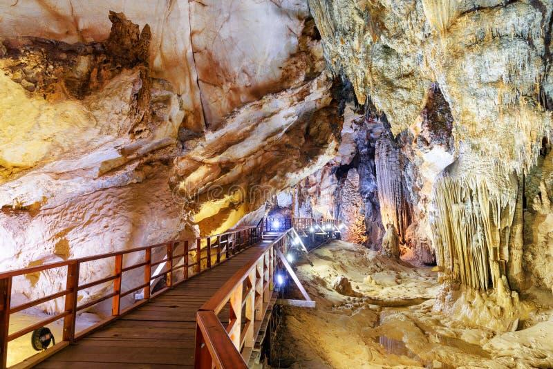 Trägångbana till och med den naturliga korridoren inom den Paradise grottan fotografering för bildbyråer