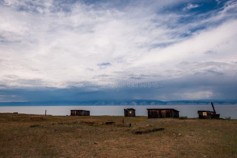 Trägamla skjul på kusterna av Lake Baikal royaltyfri bild