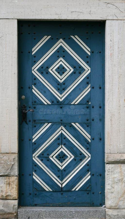 trägammal prydnad för blå dörr royaltyfri bild