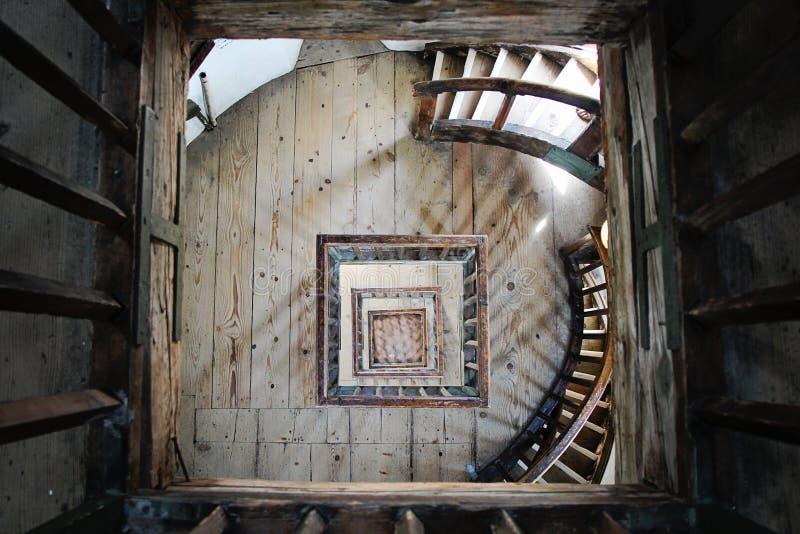Trägammal trappa arkivbild