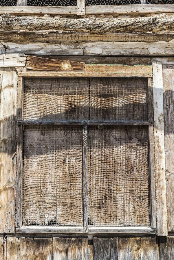 trägammalt fönster arkivbilder