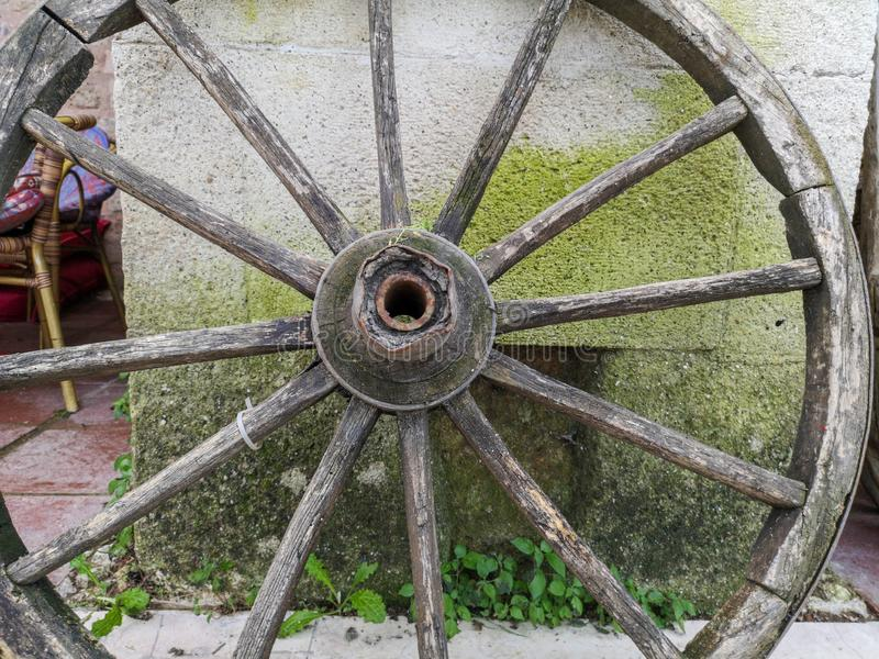 Trägammalt hästvagnshjul royaltyfri foto