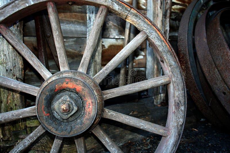 trägammalt hjul för vagn royaltyfri foto