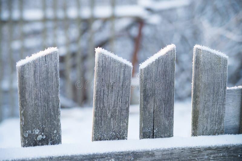 Trägammalt staket med snö Vinter royaltyfri fotografi