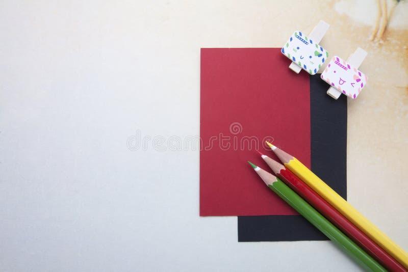 Trägem, klibbiga anmärkningar och färgblyertspennor royaltyfria foton