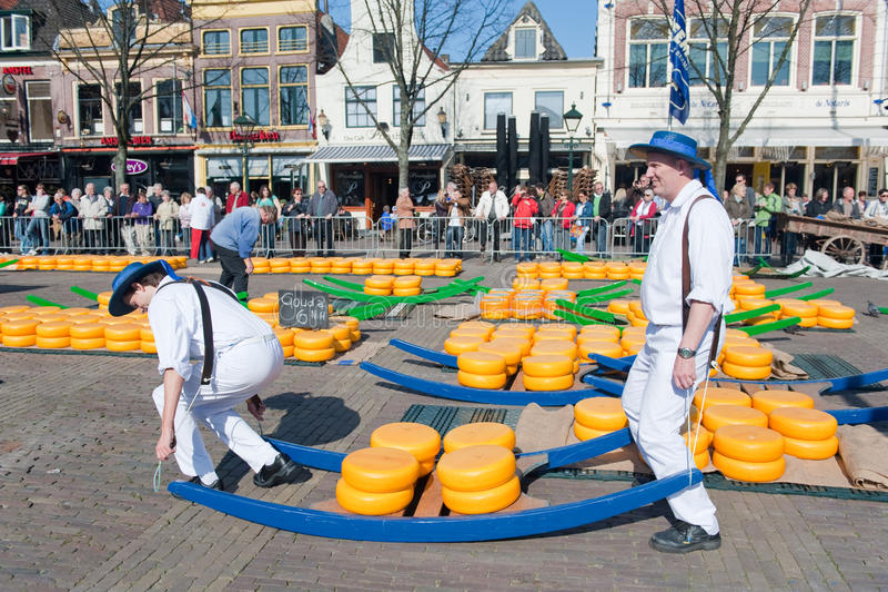 Träger am Alkmaar-Käsemarkt lizenzfreie stockfotografie
