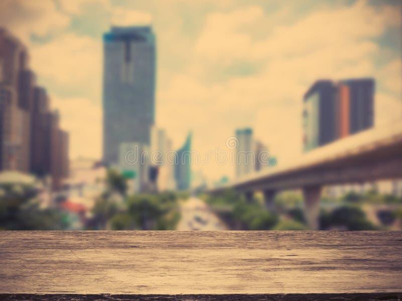 Trägolv över bakgrund för suddighetsstadsabstrakt begrepp fotografering för bildbyråer