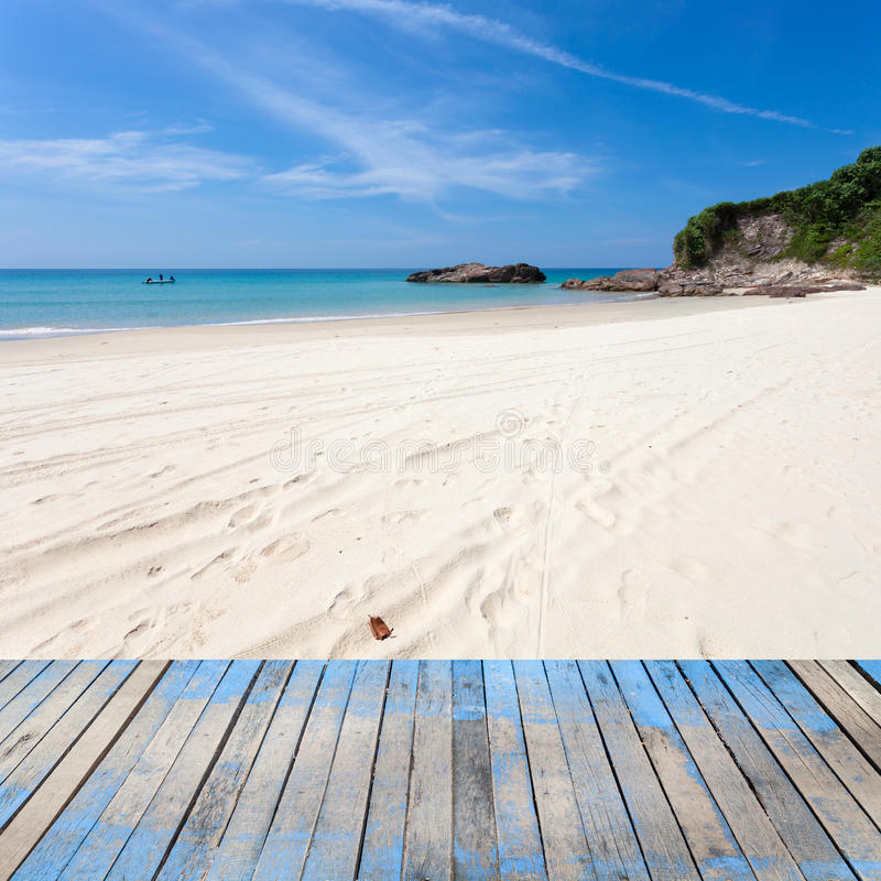trägolv med härlig sand, tropisk strand, plats för blå himmel arkivfoto
