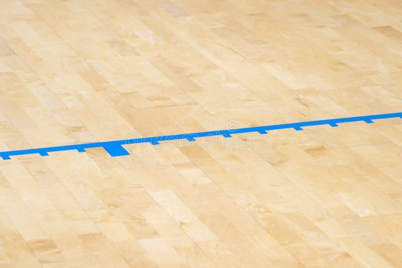 Trägolvvolleyboll, basket, badminton som är futsal, handbolldomstol med trägolvet för ljus effekt av sportkorridoren med markerin royaltyfri foto