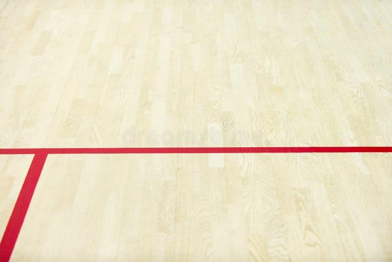 Trägolvvolleyboll, basket, badminton som är futsal, handbolldomstol med trägolvet för ljus effekt av sportkorridoren med markerin royaltyfria bilder